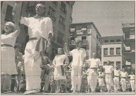 El grupo de ex danzaris ejecutó el Baile de la Era en fiestas de Estella. (Foto: Diego Echeverría)