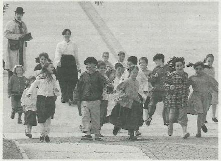 Los niños de la escuela caminan por las calles con su profesora y en presencia de Javier Hernández, que les observa en su papel de periodista inglés testigo de la contienda. (Foto: Arturo G. Rosquil/Montxo A.G.)