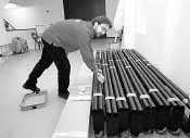Un empleado de los cines de Estella ordena el material de la sala multiusos. (Foto: Diego Echeverría)