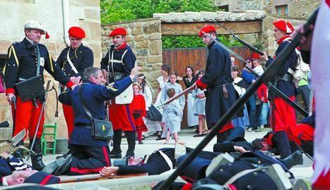 Momentos finales de la batalla de Lácar, cuando el ejército carlista se toma tras su victoria a los prisioneros liberales. (Foto: Arturo G.Rosquil/Montxo A.G.)