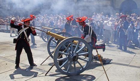 Los artilleros en acción para montar la pólvora en los cañones, una réplica exacta de los utilizados en las guerras carlistas. (Foto: Montxo A.G.)