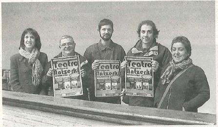 Varios miembros de Kilkarrak, con la concejala Silvia García. (Foto: M.G.V.)