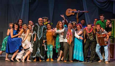 Shakespeare en Estella. Uno de los últimos ensayos antes de llevar a escena El sueño de una noche de verano tuvo lugar anteayer, martes, ya con parte del vestuario de la representación. (Foto: Montxo A.G.)