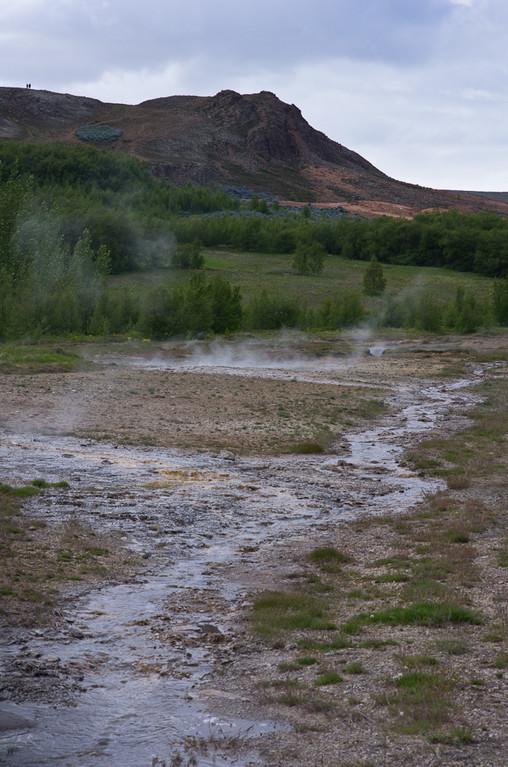 Arrivée à Geysir où l'on peut voir un geyser et des piscines naturelles... La terre fume...
