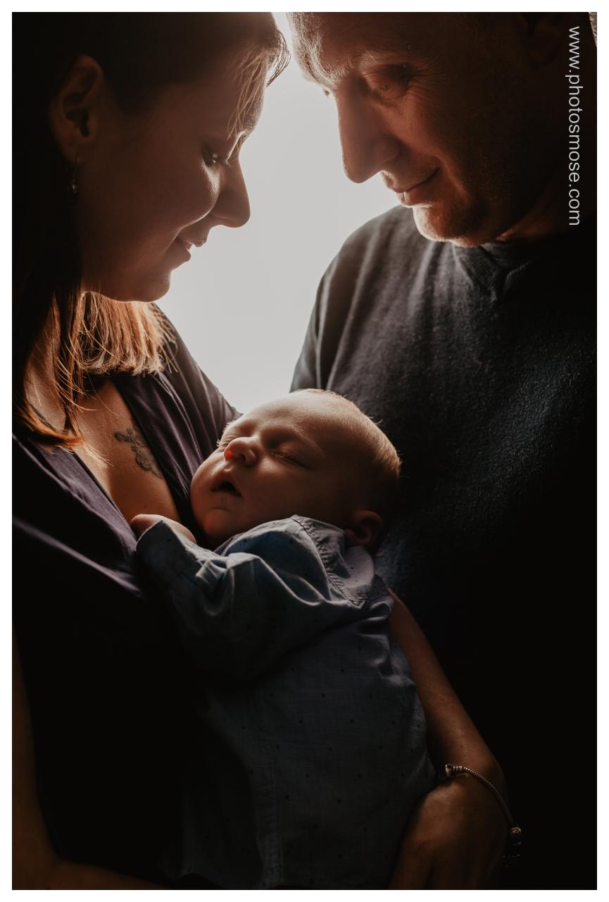 Portrait de famille avec Nouveau Né en Noir en Blanc à Moulins chez Phot'Osmose