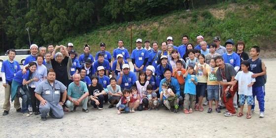 南三陸町志津川高校で地元の方との集合写真