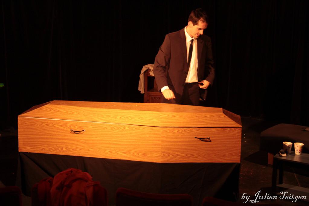 Le croque-mort avec sa boîte...
