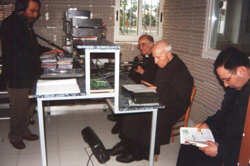 Padre Arturo alla radio, dietro Padre Livio Pulita e Antonio Simonelli