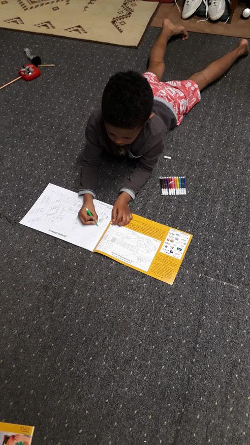 Malbücher und Bunte Malstifte für Flüchtlingskinder