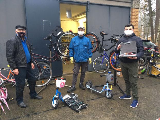 Volksbank unterstützt Fahrradwerkstatt in Flüchtlingswohnanlage Lessien