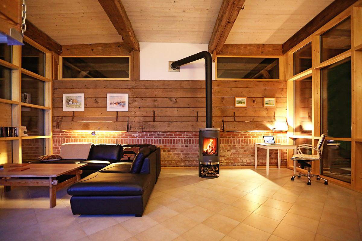 Wohnraum mit Kaminofen, links die Sitzgruppe