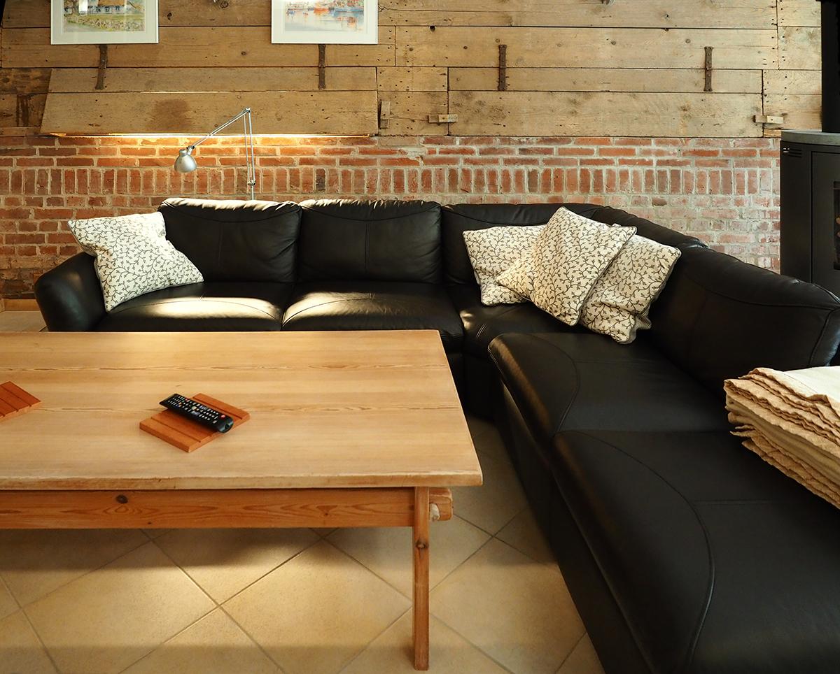 Sitzgruppe mit kuscheligen Kissen und weichen Decken