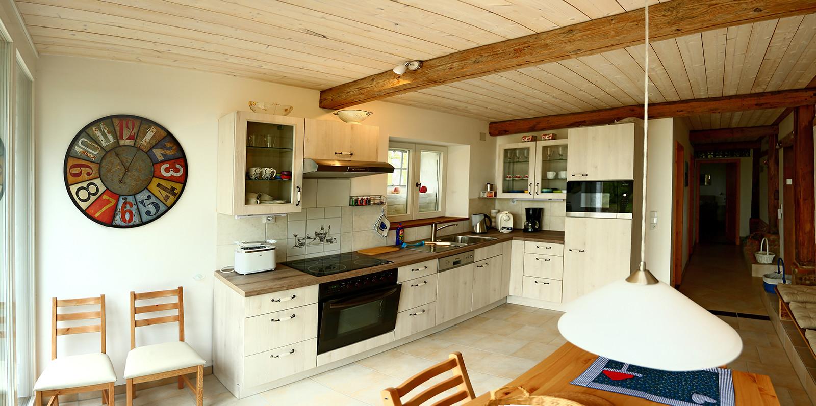 Eine Wohnküche mit kompletter Einrichtung.