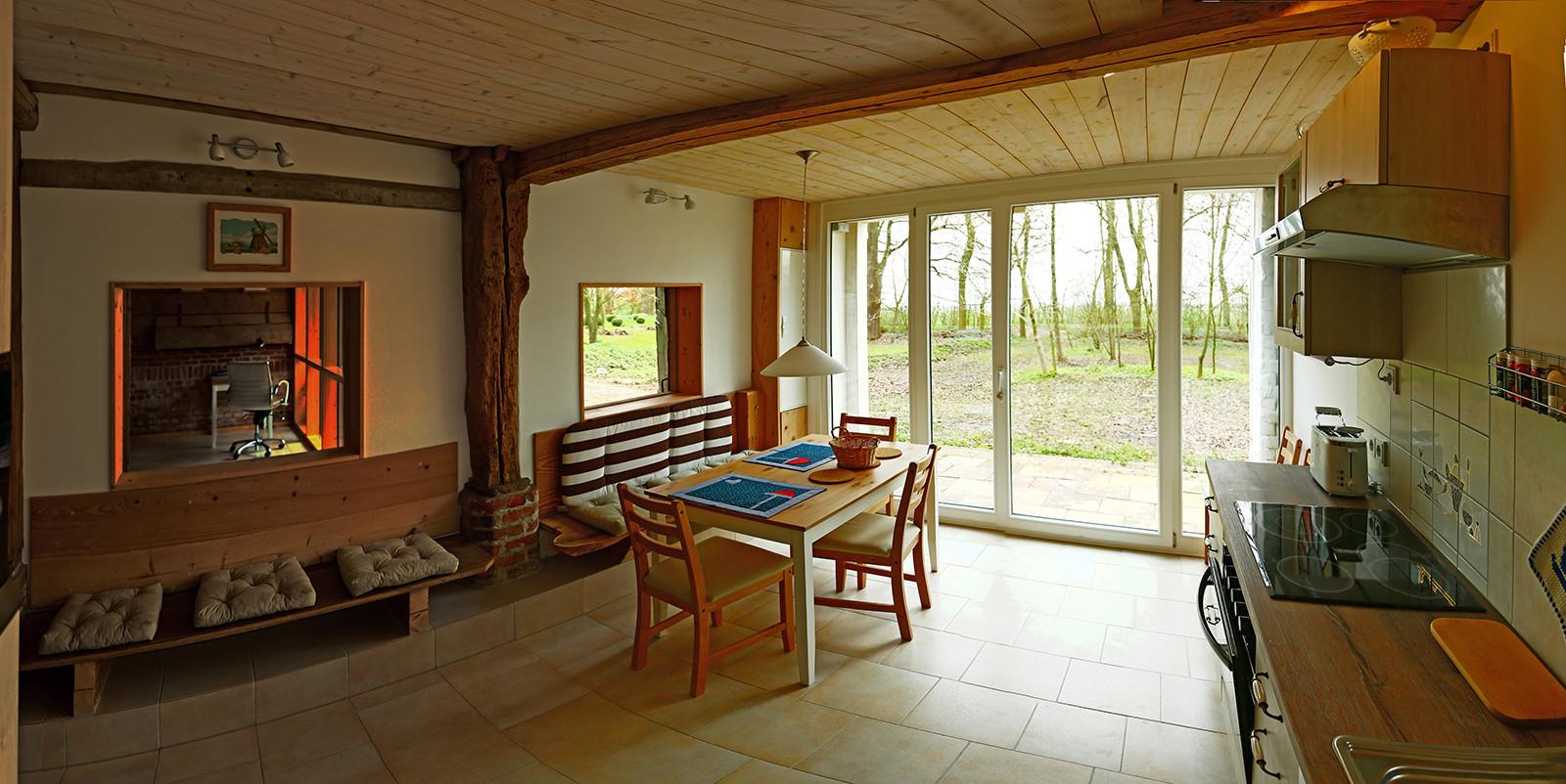 Diese Wohnküche öffnet sich über eine große Tür direkt zum Garten.