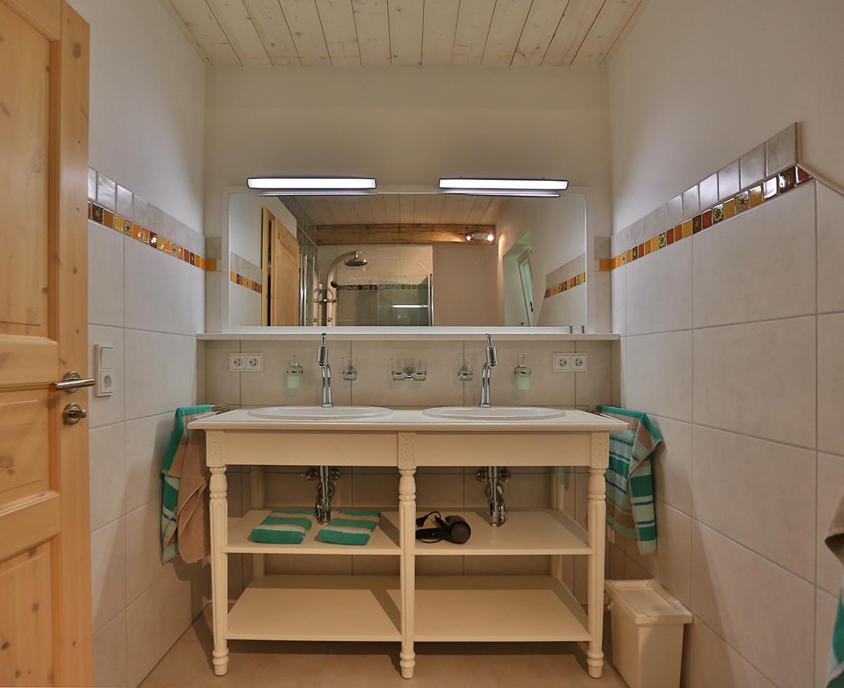 Doppelwaschbecken mit viel Ablageflächen