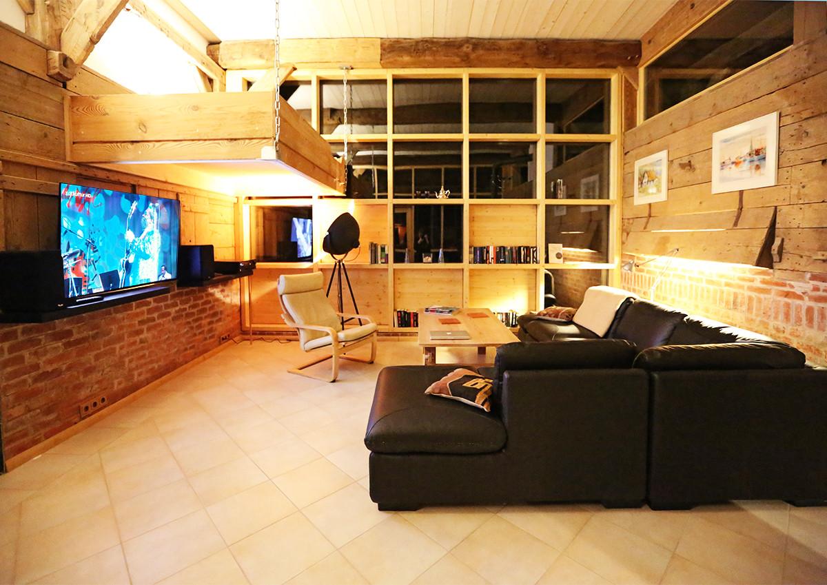 Wohnraum mit großem TV und gemütlicher Sitzecke
