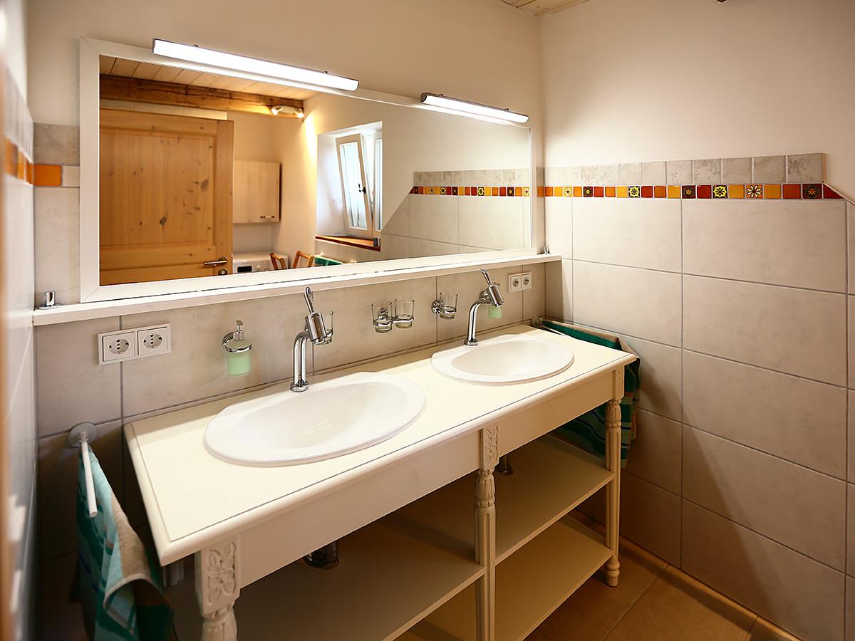 Doppelwaschbecken und großer Spiegel