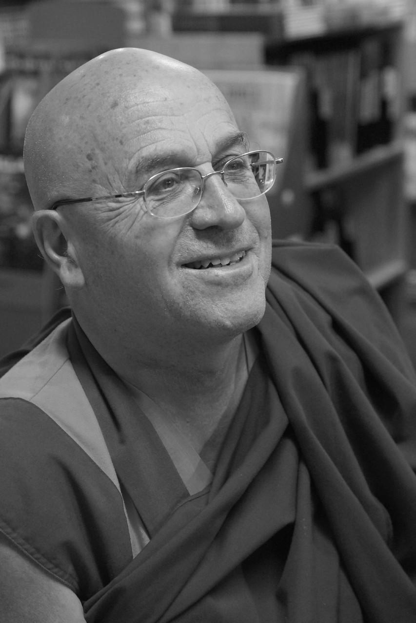 """Matthieu Ricard ~ Rencontre à la librairie Gwalarn à Lannion pour son Essai : """" Plaidoyer pour l'altruisme, la force de la bienveillance"""" (Editions du Nil) 15 octobre 2013"""