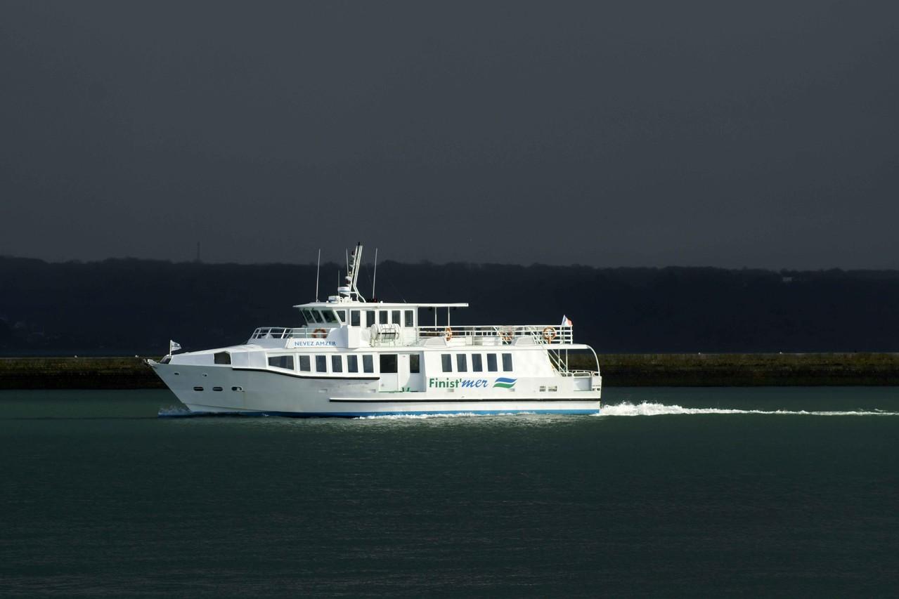 Nevez Amzer (navire trans-rade et de visites guidées ; 24 m / 7 m ~ Nantes) assure également à certains moment, les liaisons Le Conquet Ouessant