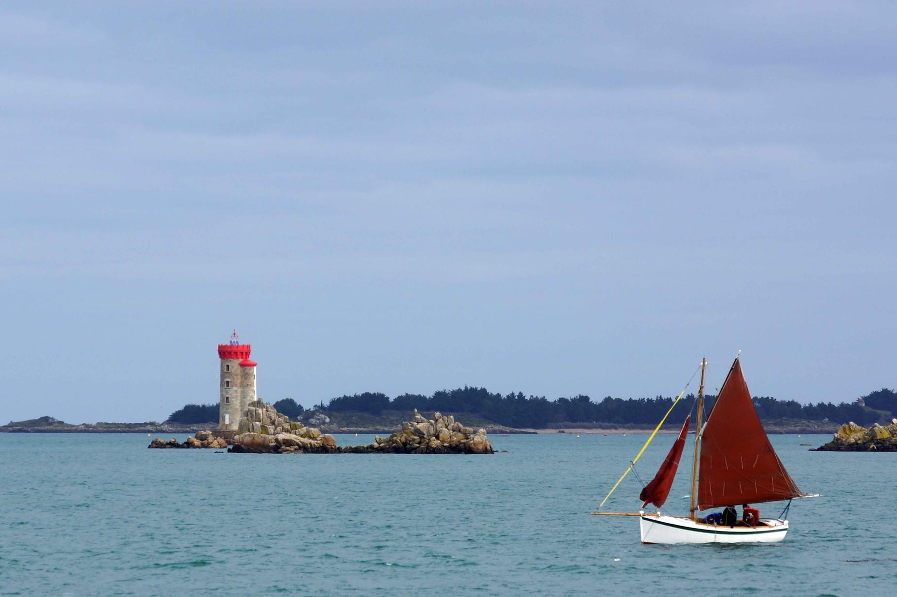 Canot breton et le phare de la Croix