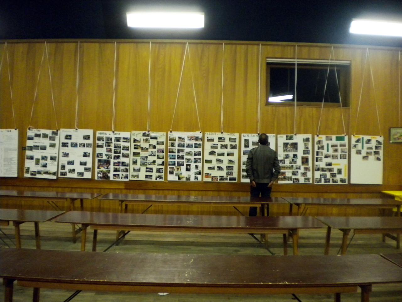 les derniers survivants consultent tranquillement les photos