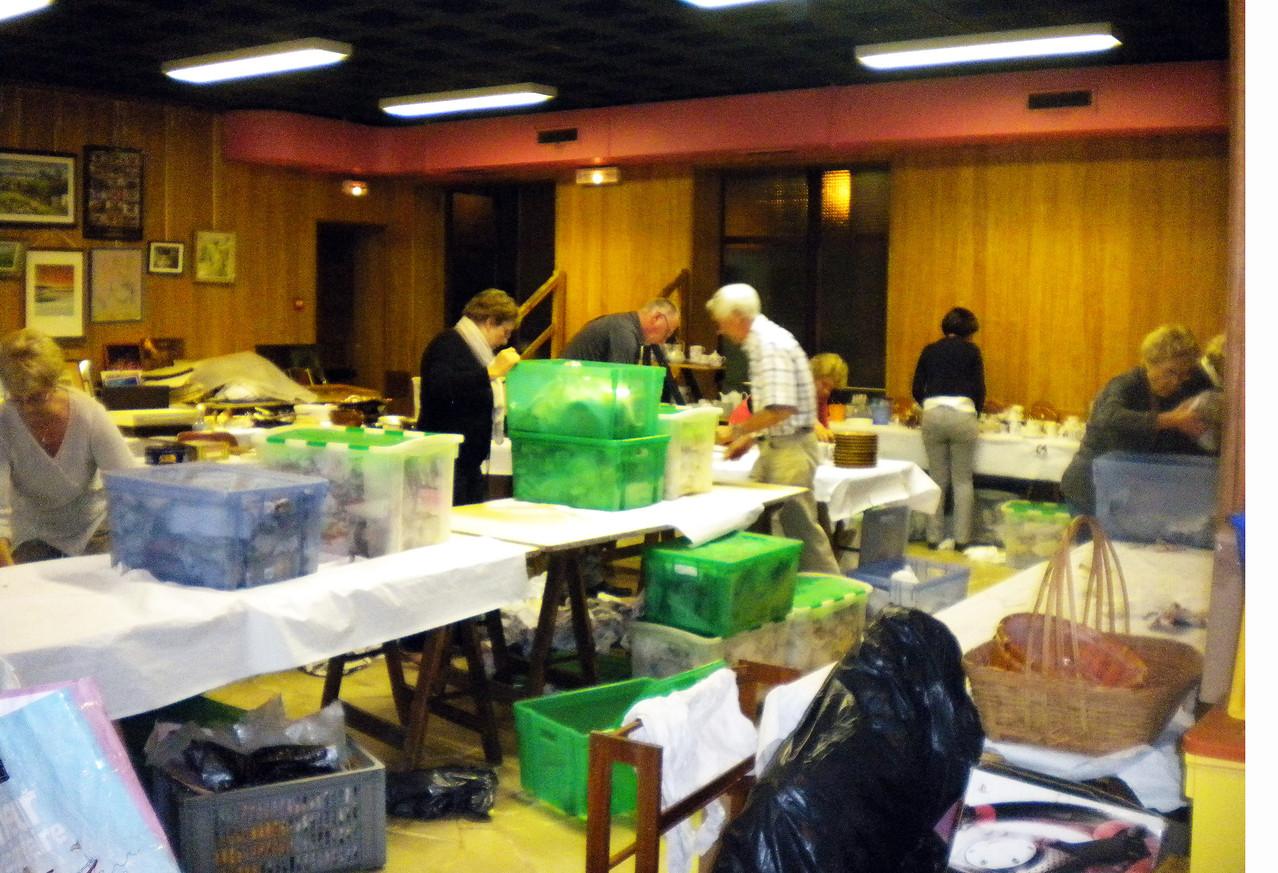 la salle est désertée... désertée ? non, d'irréductibles bénévoles entreprennent de la ranger !