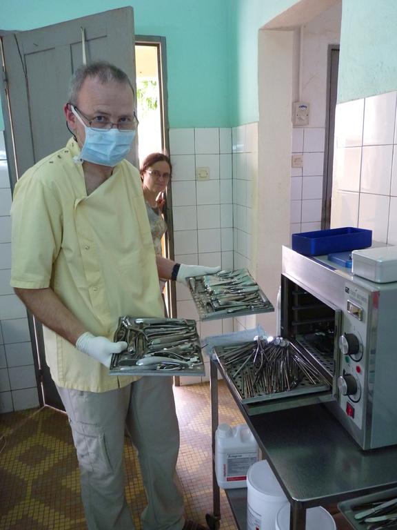 Frédéric nous présente tout le matériel qui lui a été donné par 2 confrères, l'un de région Parisienne, l'autre de Bourg en Bresse
