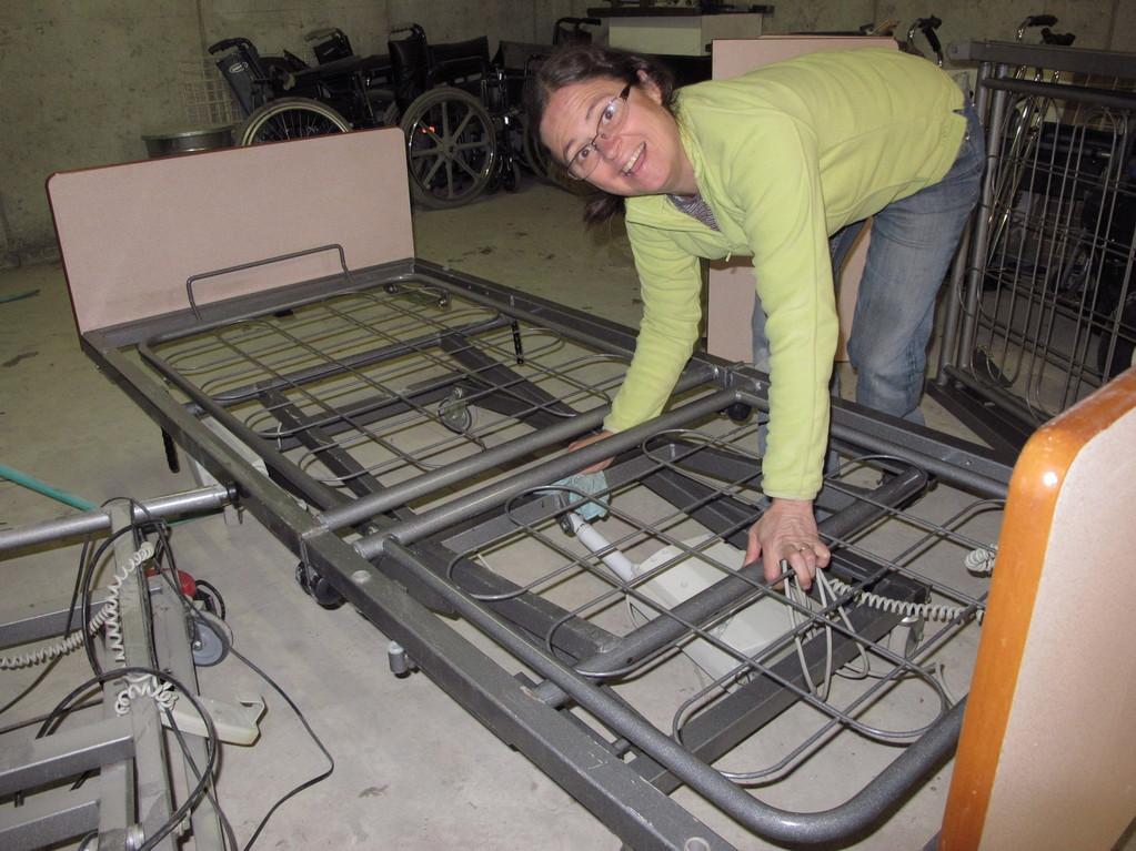 Préparation et empaquetage de lits d'hôpitaux pour des cliniques togolaises