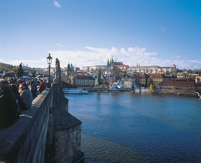 Karlsbrücke mit Burg in Prag