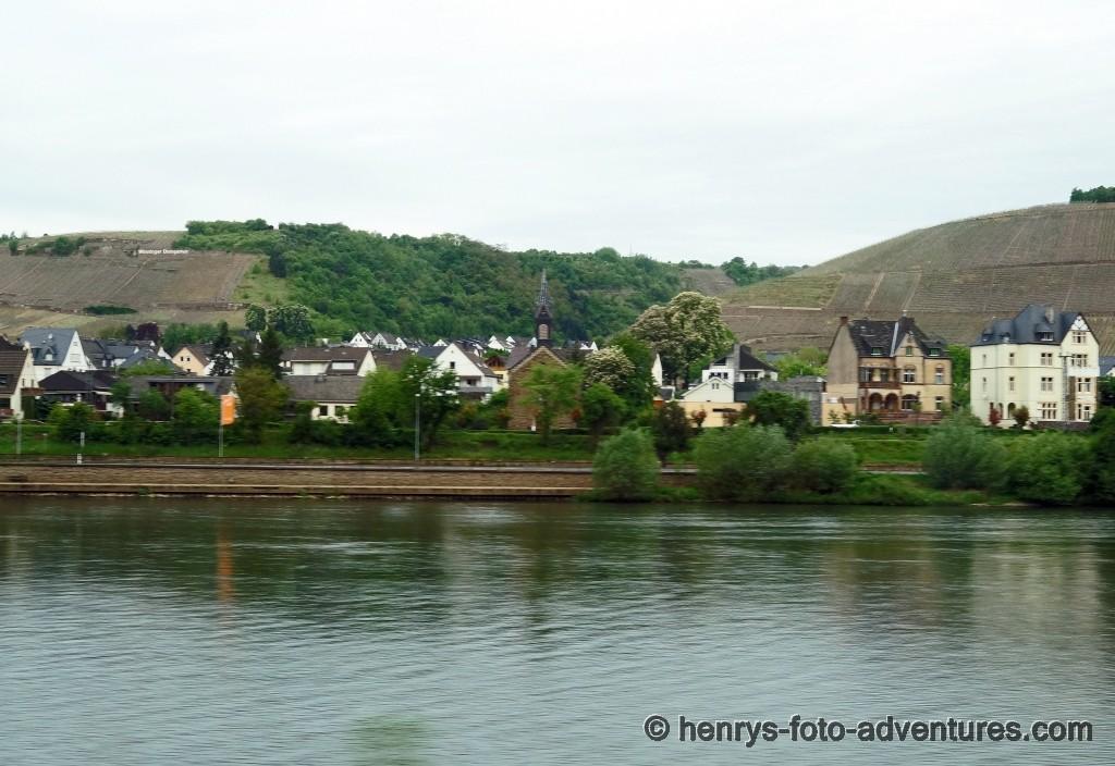 flussaufwärts, kleine Dörfer