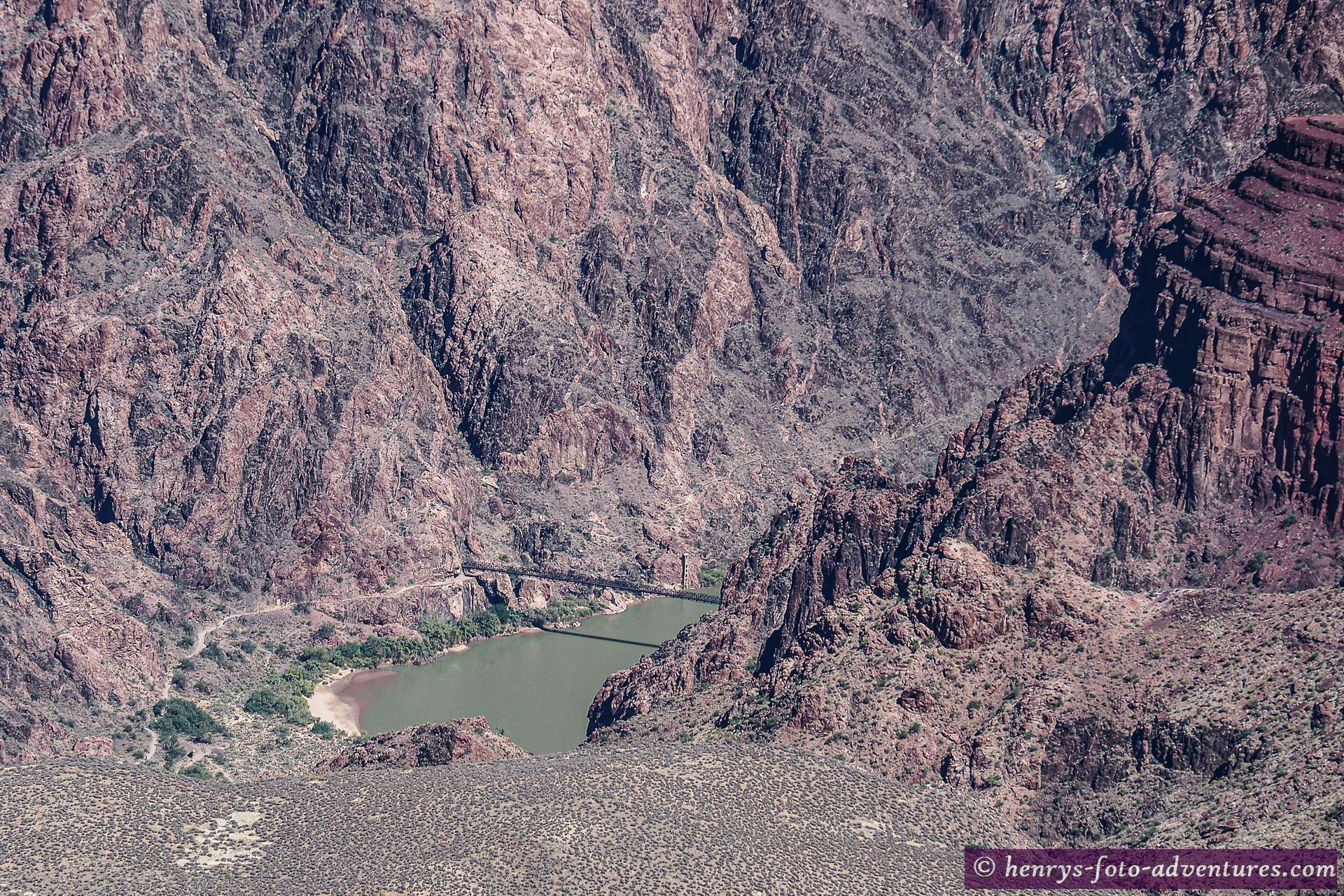tief unten die Brücke über den Colorado