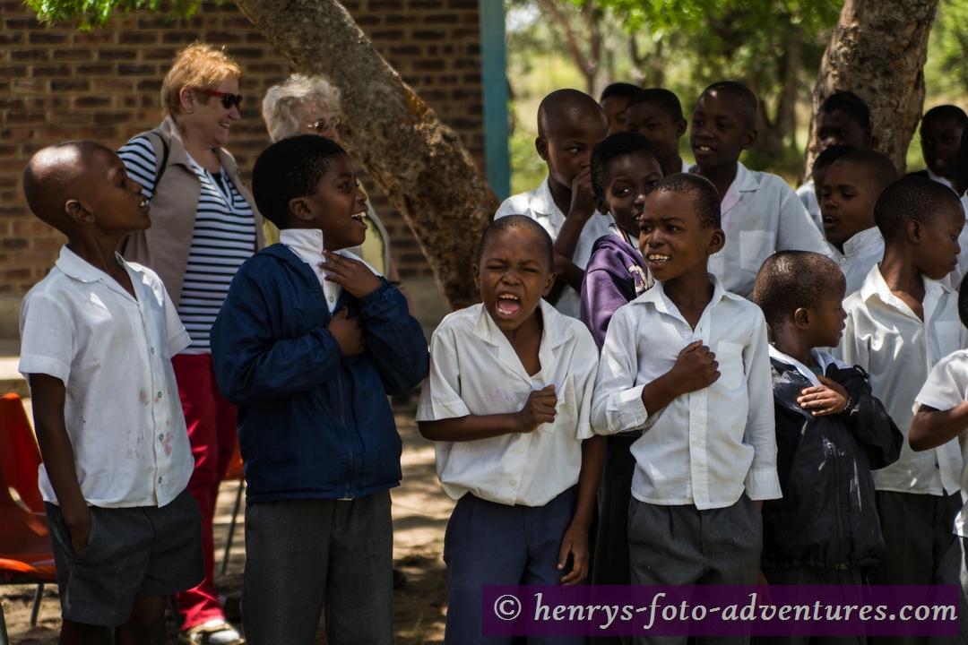 mit Begeisterung singen sie ihre Hymne