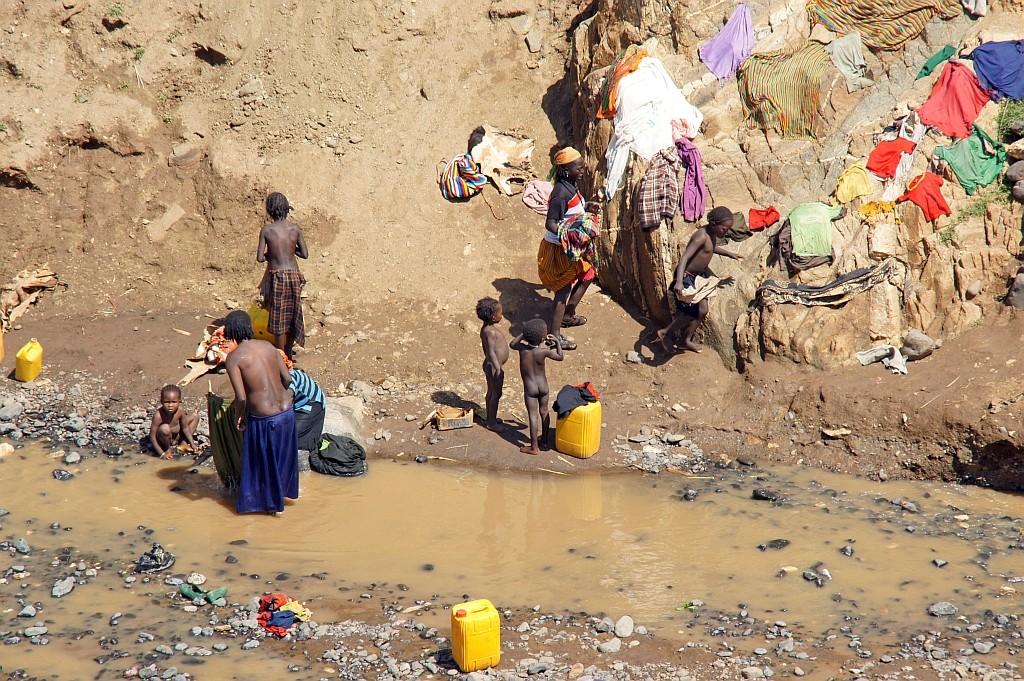 und Wasser für den täglichen Gebrauch in gelbe kanister abgefüllt