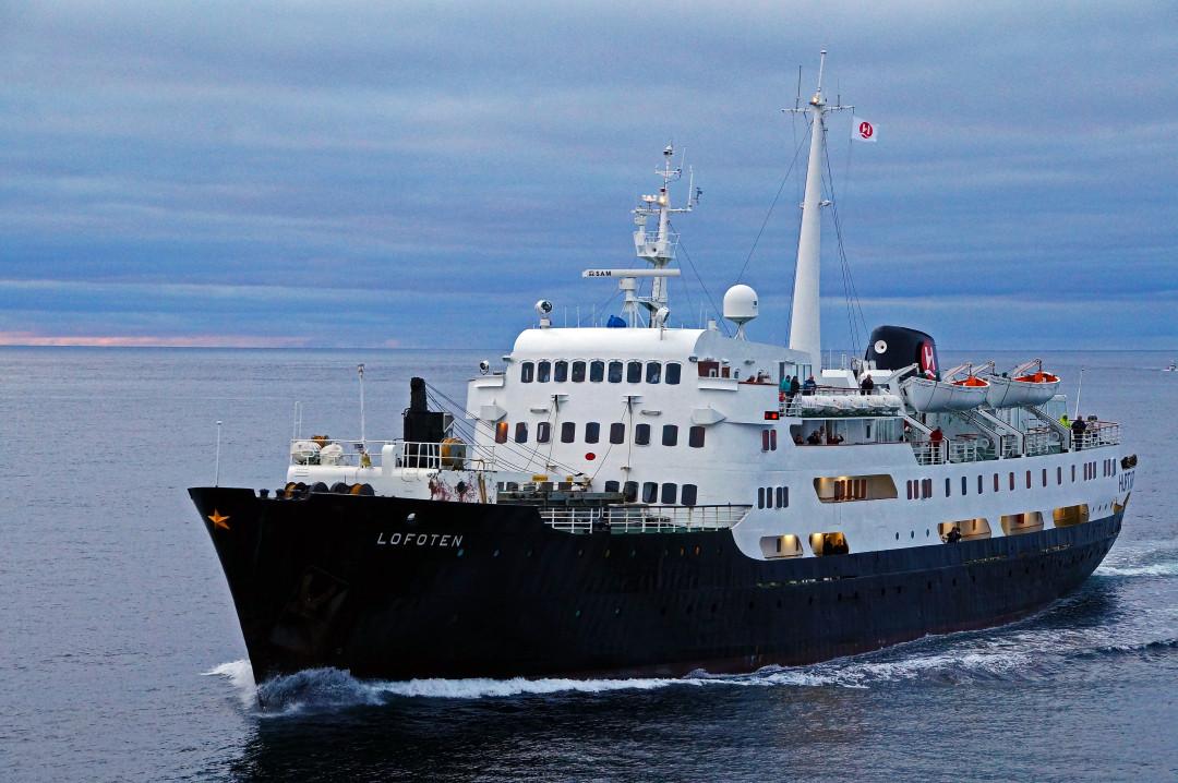 die Lofoten, das älteste un kleinste Post-Schiff der Hurtig Ruten begegnet uns