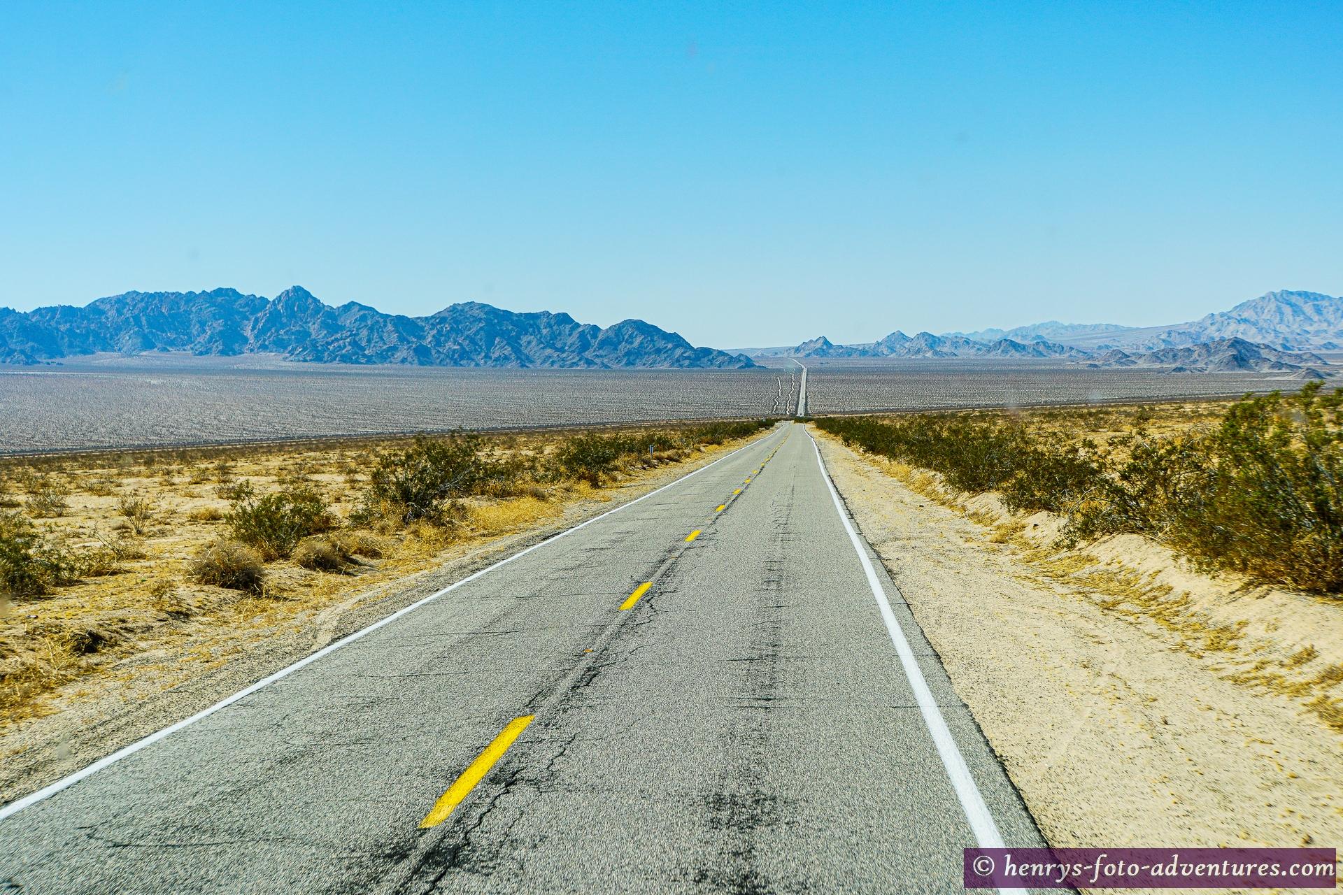 Schnurgerade durch die Wüste