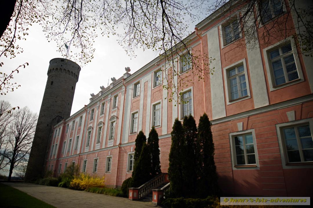 """Seitenansicht des Schlosses mit dem """"langen Hermann"""""""