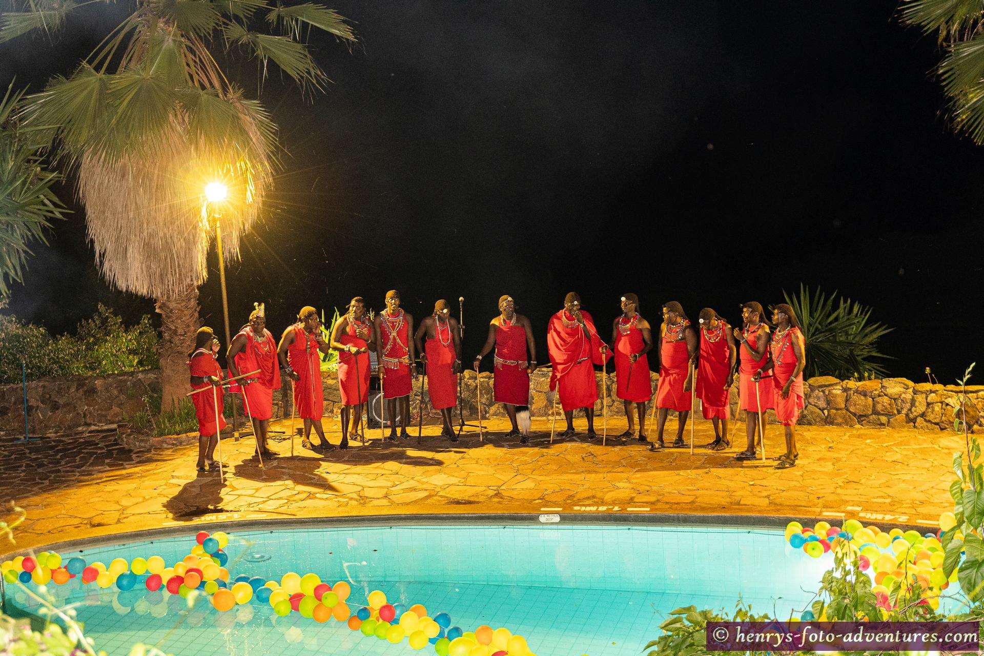 danach Unterhaltungsprogramm mit Masai