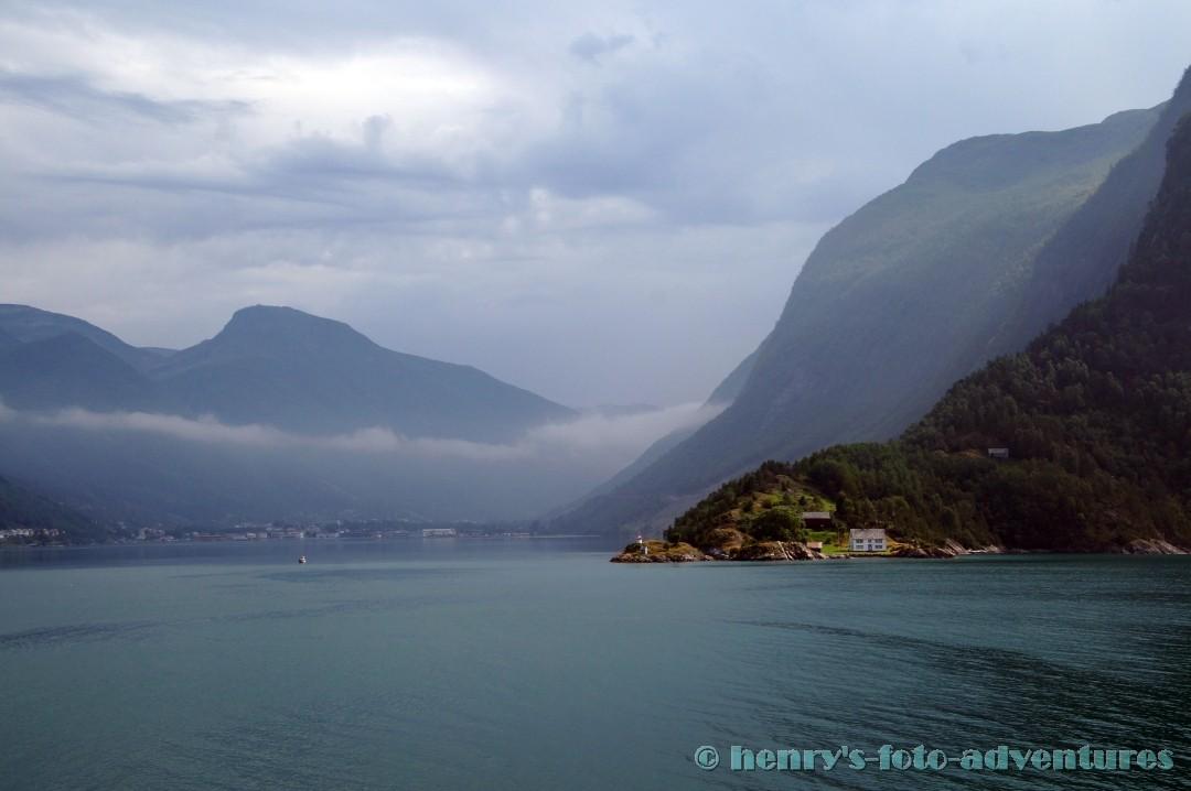 vorbei an zahllosen Fjorden