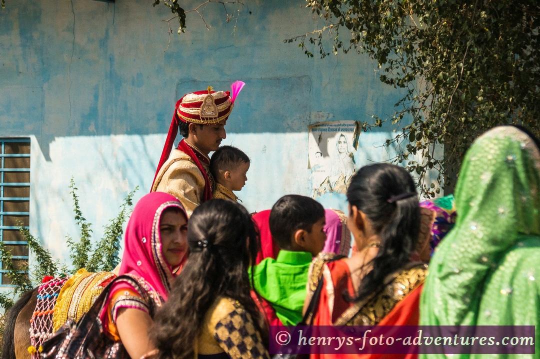 eine Hochzeit, der Bräutigam kommt hoch zu Roß