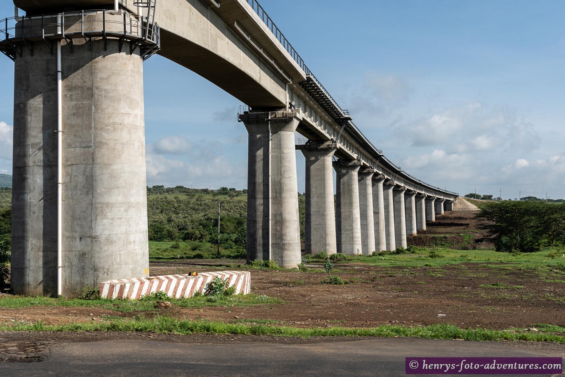 hier kreuzen wir Wieder die Eisenbahnstrecke nach Uganda