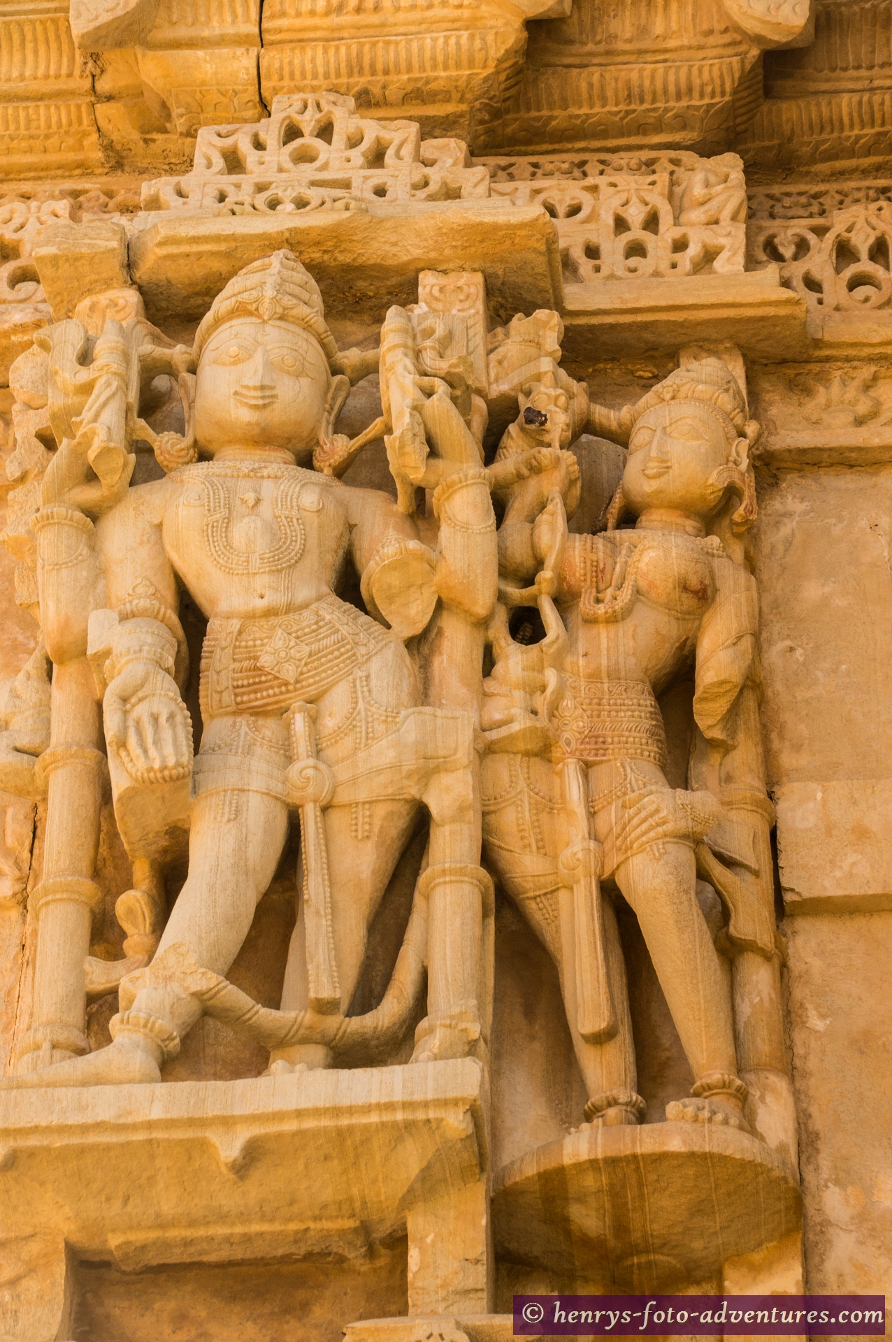 hunderte solcher Steinbilder schmücken den Tempel