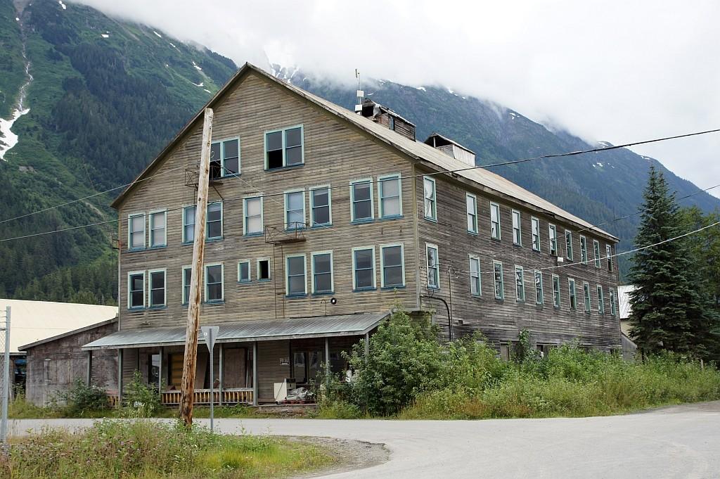 ein halb verfallenes Hotel