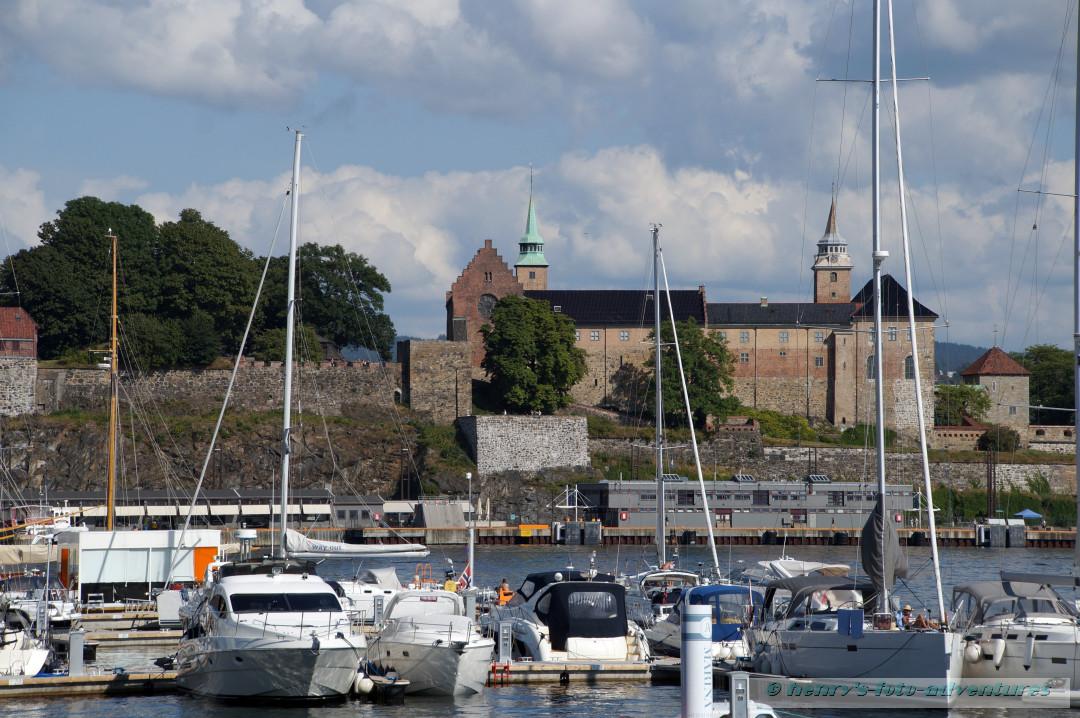 Blick über den Hafen zum Akershus Slott