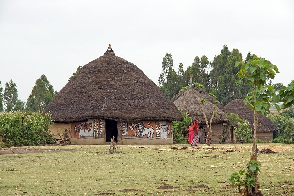 bemalte Tuklus im Dorf der ALABA