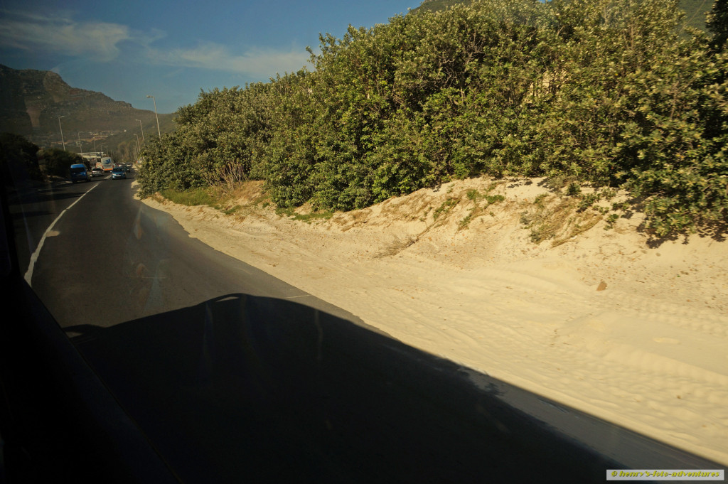 Sand frisst Strasse