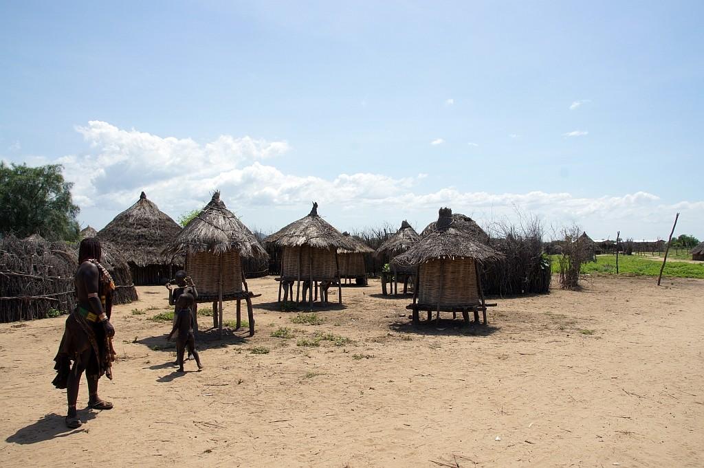 Verschiedene Hütten für das Wohnen, Kochen und den Vorrat