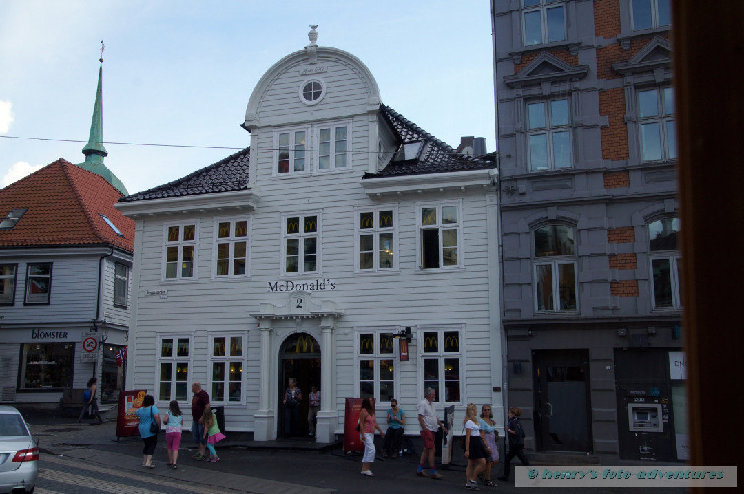 moderne Läden in alten Häusern