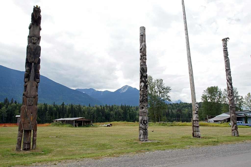 Totem Pfahle an der Dorfstrasse