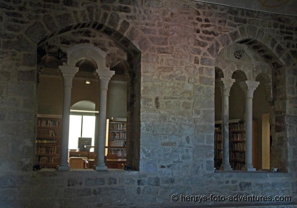 die Bibliothek in einem gotischen Gemäuer