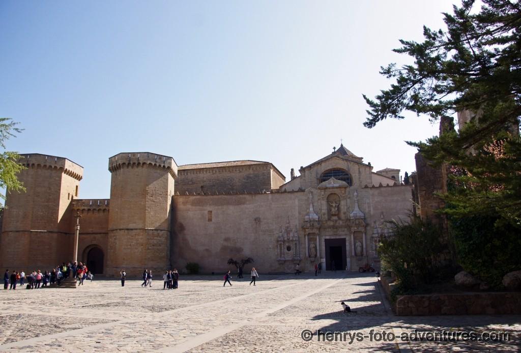 am Vorplatz des Klosters